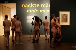 ÑNacktabendì im Leopold Museum. Hunderte Naturisten bei Ñnackten m‰nnernì.